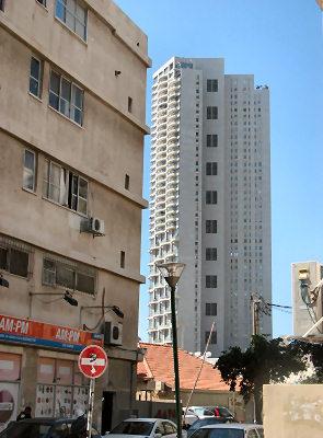 מגדל נווה צדק במבט משכונת פלורנטין