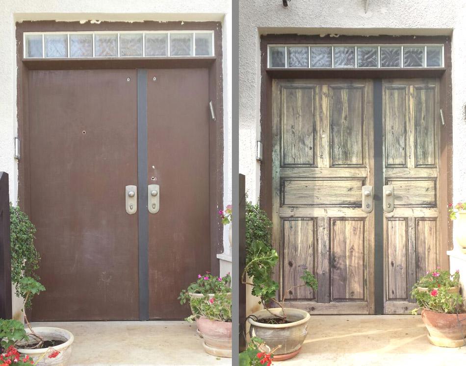 הייתם מאמינים שזה טפט? חיפוי דלת כניסה ישנה בטפט דמוי עץ מלא, בגוונים עתיקים