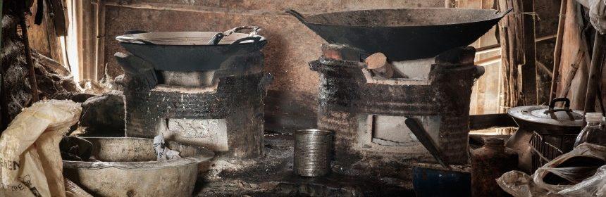 מטבח ביתי עם ווקים וציוד אסייאתי ישן