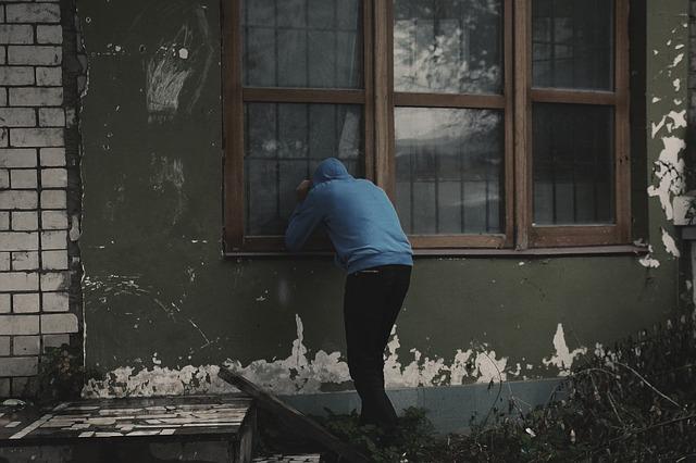 כסו את החלונות עם וילונות